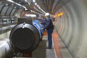 Technik kontroluje magnet vo Veľkom hadrónovom urýchľovačí po jeho inštalácii v roku 2005.