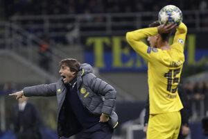 Tréner Interu Miláno Antonio Conte (vľavo) počas zápasu Ligy majstrov 2019/2020 Inter Miláno - FC Barcelona.