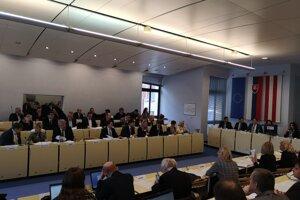 Hlasovanie poslancov o prerozdelení peňazí pre obete tragédie.