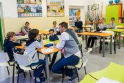 Špeciálny pedagóg Adam Škopp pracuje v skupine so žiakmi na ZŠ Karloveská v Bratislave.