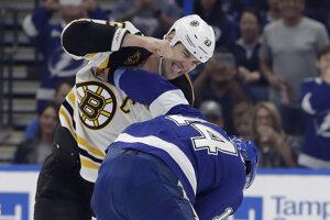 Zdeno Chára (vľavo) a Pat Maroon vo vzájomnom súboji počas zápasu Tampa Bay Lightning - Boston Bruins.