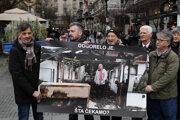 Protest novinárov v Belehrade, ktorí pripomenuli podpaľačský útok na dom svojho kolegu Milana Jovanoviča.