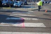 Šofér zrazil dvojicu na priechode pre chodcov.