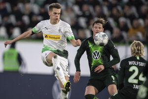 Matthias Ginter (vľavo) a Wout Weghorst v zápase Bundesligy 2019/2020 VfL Wolfsburg - Borussia Mönchengladbach.