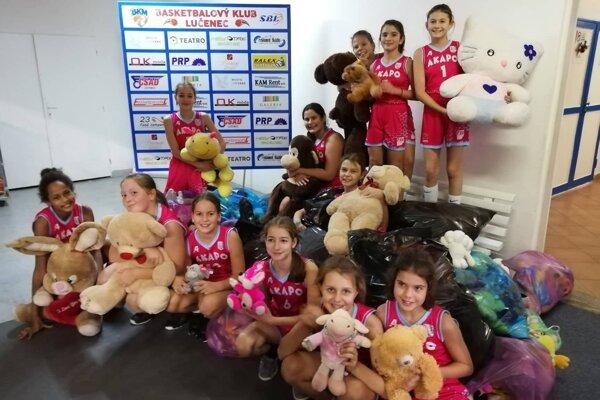 Hračky pozbierali mladé basketbalistky AKAPO Lučenec.
