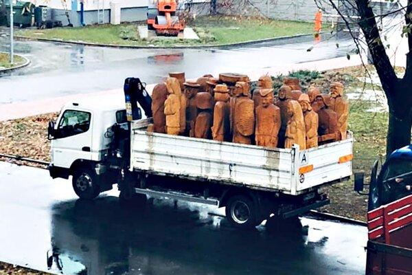 Postavy zbetlehemu odviezol nákladiak.