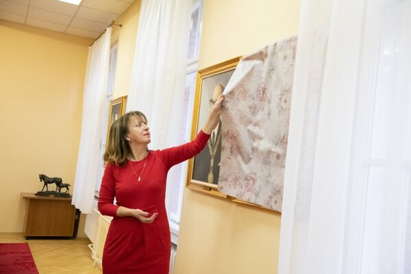 Rektorka UVLF Jana Mojžišová odhalila portréty.