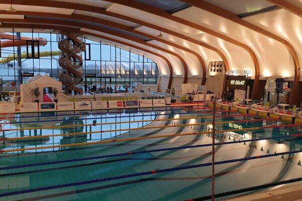 Dejiskom M-SR v krátkom bazéne bola prekrásna plaváreň v Šamoríne.