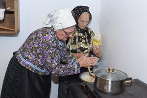 Mária Milanová (vľavo) a Valéria Michalčeková pripravujú tradičnú dedinskú polievku - čir.