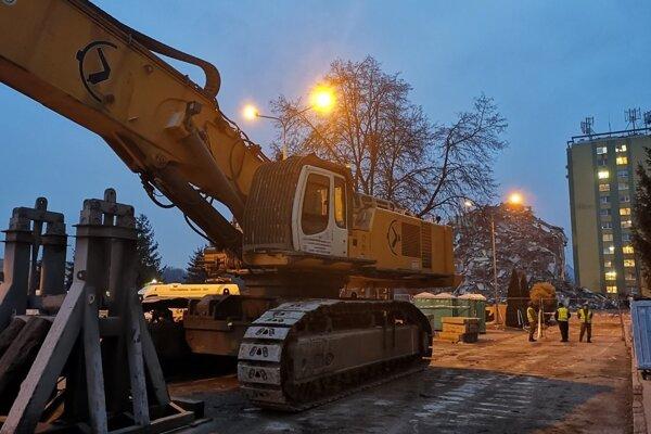 Demolačný špeciál už ukončil práce v Prešove. Odvezú ho až po sviatkoch.