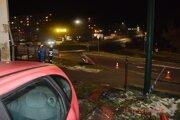 """Auto preletelo cez kruhový objazd a vodič s ním """"zrámoval"""" značku, zábradlie aj bránu."""