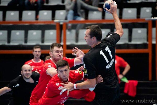 Peter Jurák (dole v červenom) bol proti Novým Zámkom najlepším strelcom so siedmimi gólmi.