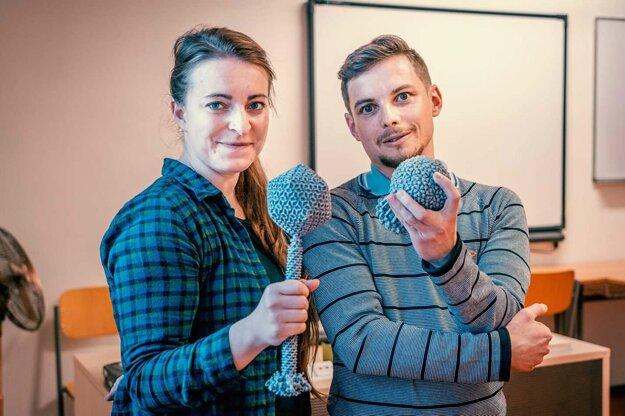 Dominik Hrebík s kolegyňou Martou Šiborovou prezentovali výskum bakteriofága P68 na súťaži Science Slam.