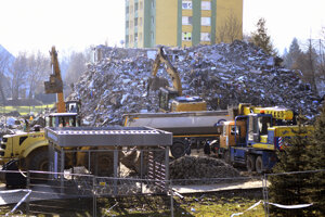 Začalo sa s odvozom sutín zo zbúranej bytovky.