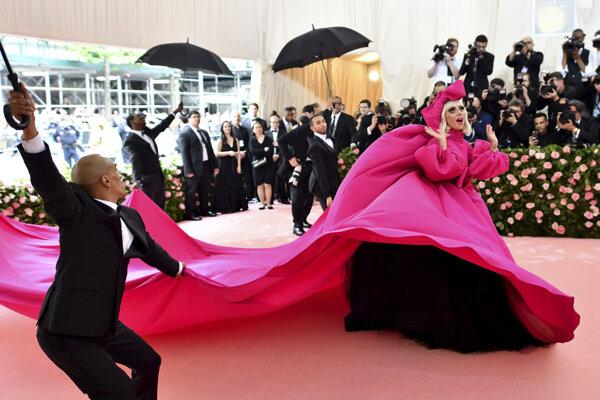 Lady Gaga prichádza na módne podujatie roka Met Gala 2019.