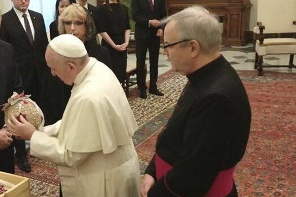 Vlani dostal pápež František vianočnú guľu od detí z Turzovky.