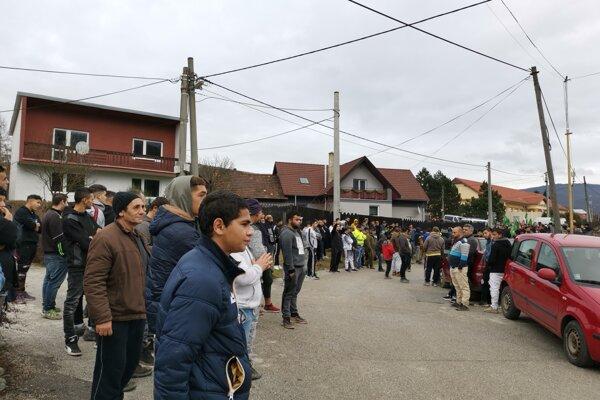 Osadníci postávali pri hlavnej križovatke v obci.