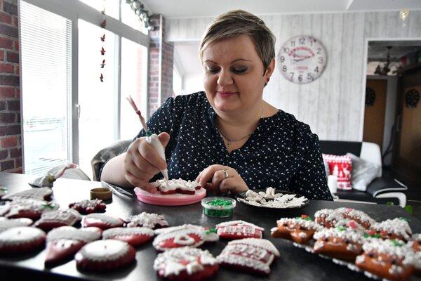 Medovnikárka Miriam Miňová zdobí vianočný medovník.