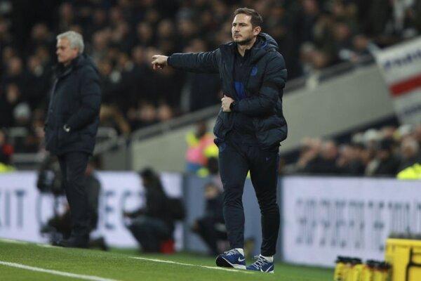 Frank Lampard koučuje Chelsea, za ním José Mourinho.