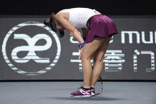 Bianca Andreescuová reaguje v bolestiach po zranení kolena v zápase proti Češke Karolíne Plíškovej.