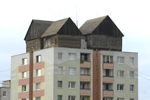 Na strechu dvanásťposchodového činžiaka nechali v roku 2013 vyviezť 40-tonovú konštrukciu.