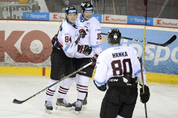 Joona Jääskeläinen, Jordan Hickmott a Tomáš Hrnka z HC ´05 iClinic Banská Bystrica sa radujú z gólu.