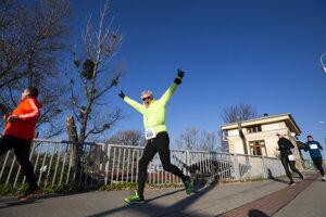 Účastníci 31. ročníka Silvestrovského behu cez bratislavské mosty bežia po Starom moste.