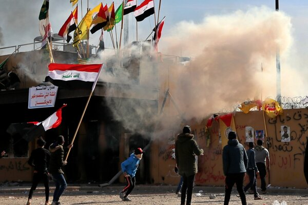 Príslušníci proiránskych milícií a ich stúpenci protestovali pred americkou ambasádou v Bagdade, polícia použila slzotvorný plyn.