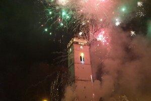 Novoročný ohňostroj pri strážnej veži na Námestí baníkov v Rožňave.
