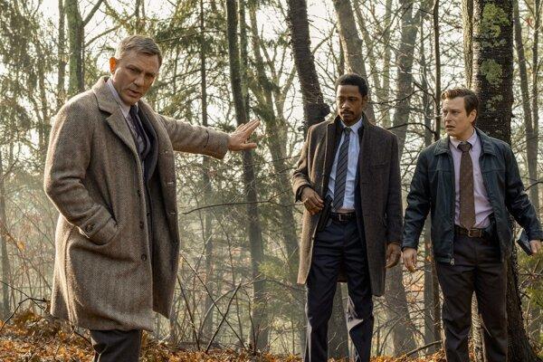 Záhadnú vraždu vyšetruje súkromný detektív Benoît Blanc, ktorého hrá Daniel Craig.