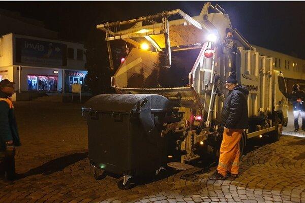 Pracovníci technických služieb sa pri čistení mesta po silvestrovských oslavách zapotili.