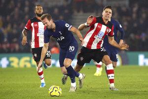 Harry Kane (v modrom) počas zápasu proti Southamptonu.
