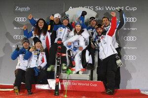 Petra Vlhová oslavuje s realizačným tímom víťazstvo v slalome Svetového pohára 2019/2020 v Záhrebe.