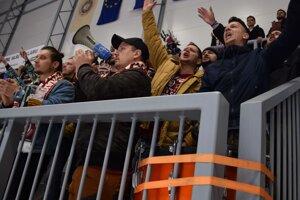 Počas zápasov skalní fanúšikovia burcujú aj ostatných divákov.
