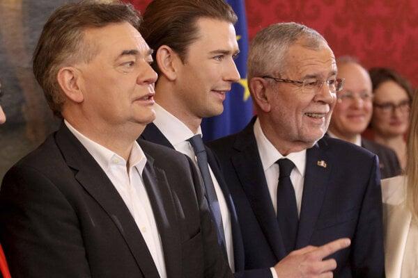 Rakúsky prezident Alexander van der Bellen, staronový kancelár Sebastian Kurz a jeho koaličný partner Werner Kogler.