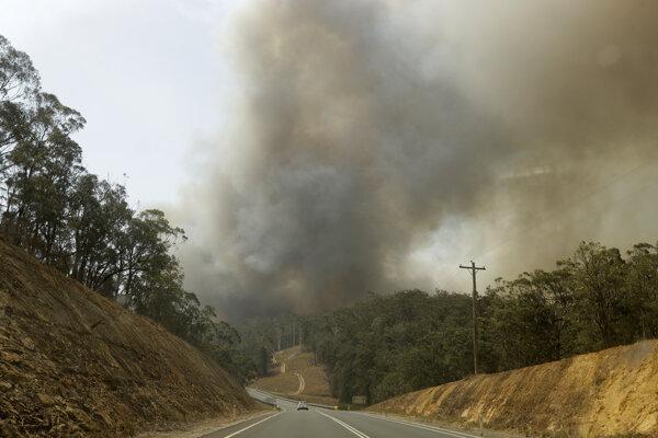 Dym z lesného požiaru v Batemans Bay v Austrálii v sobotu 4. januára 2020.