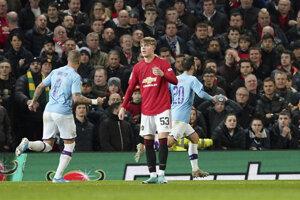 Bernardo Silva (vpravo) po strelenom góle v prvom zápase semifinále EFL Cupu 2019/2020 Manchester United - Manchester City.