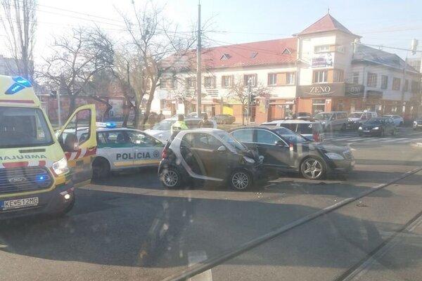 Havária na chvíľu zablokovala križovatku.