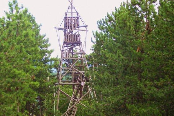 Bývalá ozhľadňa na Vápennom vrchu pri Skýcove.