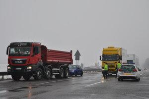Odbočka pred SCP MOndi smerom do Liskovej a Likavky. Polícia tým smerom odkláňa dopravu.