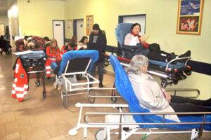 Pred ambulanciou na Tr. SNP čakali pacienti na ošetrenie aj na vozíkoch.
