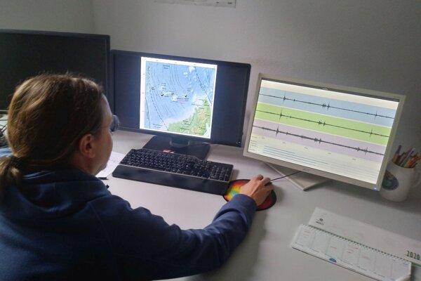 Seizmológ a hlavný autor novej štúdie Simone Cesca pri modelovaní pohybu magmy cez zemský plášť a kôru. Výskum jeho tímu ozrejmil pôvod zvláštneho hrmotu, ktorý sa v roku 2018 prehnal planétou.