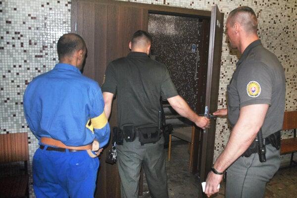 Po výsluchu na súde eskorta odviedla Ľubomíra späť do väznice.