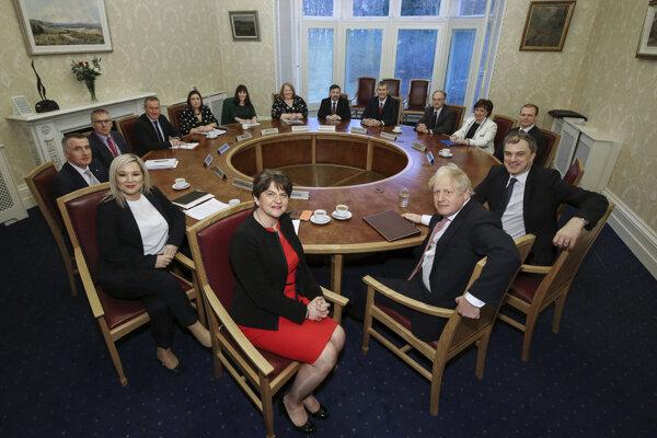 Premiér Johnson v pondelok rokoval so seveoírskymi politikmi, vedľa neho sedí Arlene Fosterová.