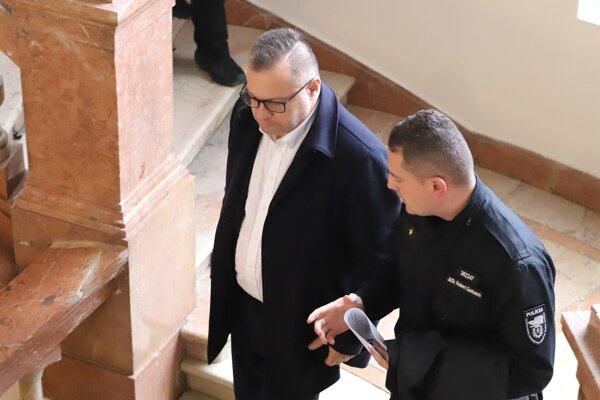 Obvinený šéf Tiposu Ján Barczi prichádza na Špecializovaný trestný súd v Banskej Bystrici 29. novembra 2019.