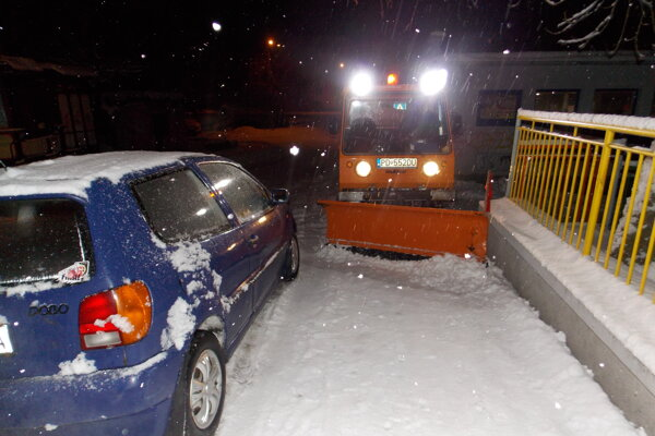 Popri zaparkovaných autách má technika často problém prejsť.