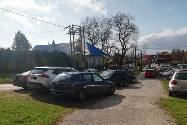 Horné parkovisko v blízkosti turistického chodníka býva preplnené.