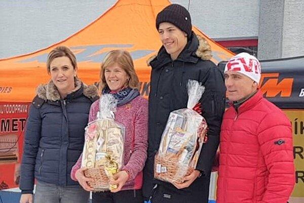 Matka so synom na stupni víťazov. Katarína Paulínyová – druhá zľava aAndrej Paulíny - tretí zľava.