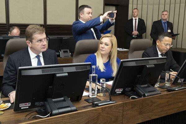 Zľava minister hospodárstva SR Peter Žiga, ministerka vnútra SR Denisa Saková a minister financií SR Ladislav Kamenický počas zasadnutia 191. schôdze vlády SR.