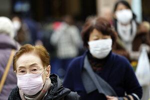 Obyvatelia Tokia sa na ľudnatých uliciach pohybujú s ochrannými maskami.